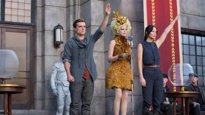 Josh Hutcherson (Peeta Mellark), Tiffany Waxler (Tribute Girl District 10) en Jennifer Lawrence (Katniss Everdeen)