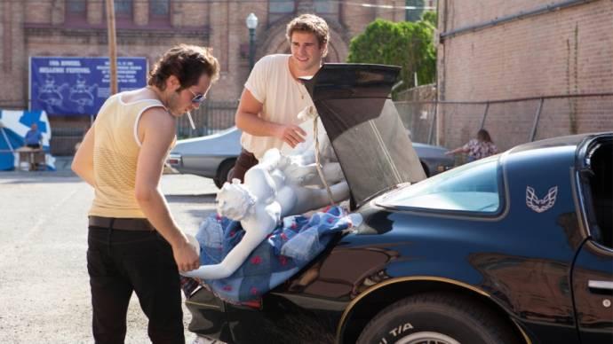 Michael Angarano (Eddie) en Liam Hemsworth (Chris Potamitis)