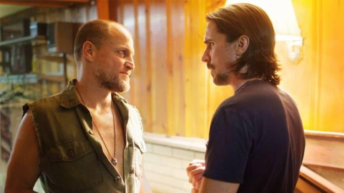 Woody Harrelson (Curtis DeGroat) en Christian Bale (Russell Baze)