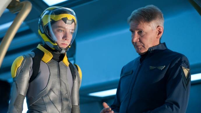 Asa Butterfield (Ender Wiggin) en Harrison Ford (Colonel Hyrum Graff)