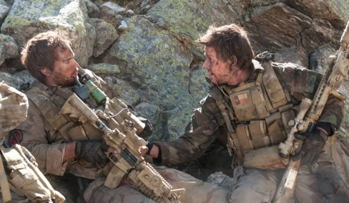 Ben Foster (Matt 'Axe' Axelson) en Mark Wahlberg (Marcus Luttrell)