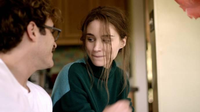 Joaquin Phoenix (Theodore) en Rooney Mara