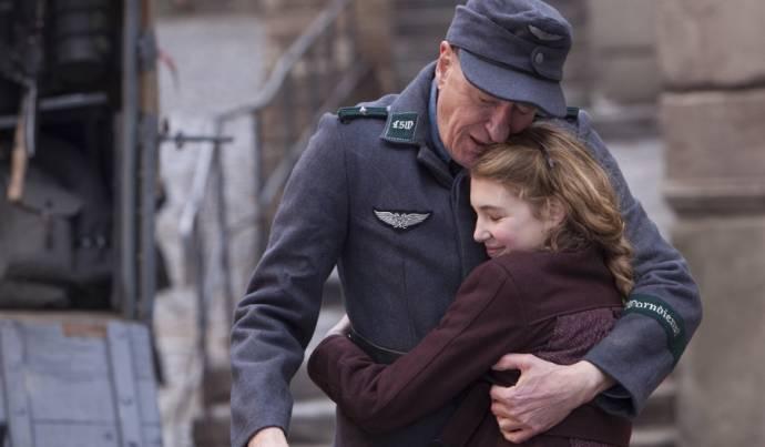 Geoffrey Rush (Hans) en Sophie Nélisse (Liesel)