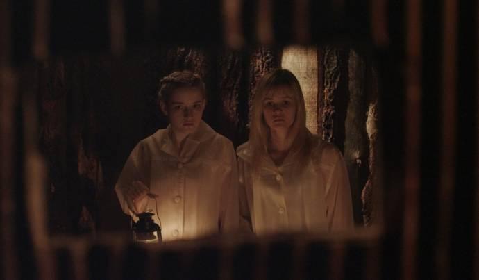 Julia Garner (Rose Parker) en Ambyr Childers (Iris Parker)