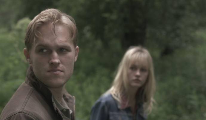 Wyatt Russell (Deputy Anders) en Ambyr Childers (Iris Parker)