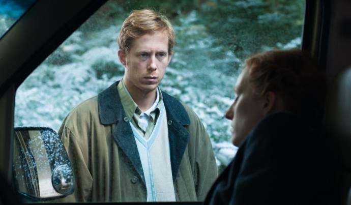 Robert de Hoog (Ian Harding)