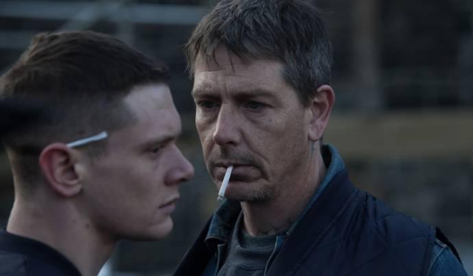 Jack O'Connell (Eric) en Ben Mendelsohn (Neville)