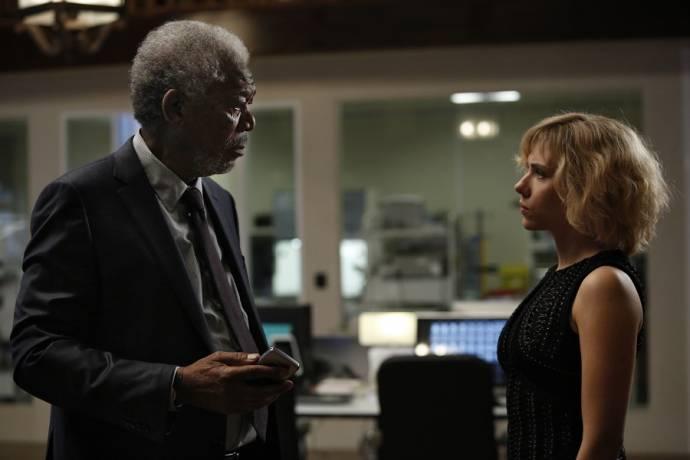 Morgan Freeman (Professor Norman) en Scarlett Johansson (Lucy)