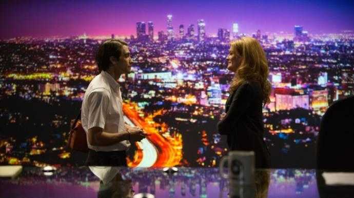 Jake Gyllenhaal (Lou Bloom) en Rene Russo (Nina)