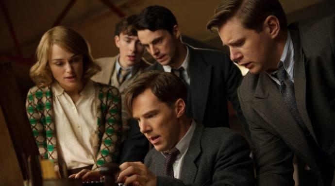 Keira Knightley (Joan Clarke), Matthew Beard (Peter Hilton), Matthew Goode (Hugh Alexander), Benedict Cumberbatch (Alan Turing) en Allen Leech (John Cairncross)