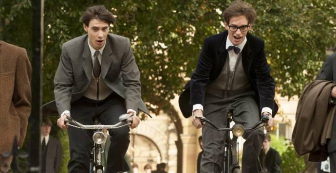 Harry Lloyd (Brian) en Eddie Redmayne (Stephen Hawking)