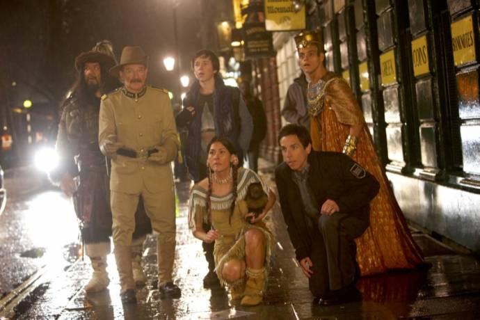 Patrick Gallagher (Attila the Hun), Robin Williams (Teddy Roosevelt), Skyler Gisondo (Nick Daley), Mizuo Peck (Sacajawea), Ben Stiller (Larry Daley) en Rami Malek (Ahkmenrah)