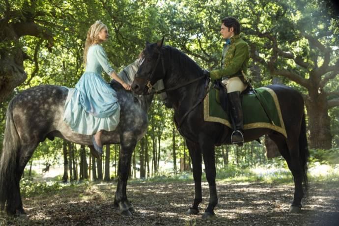 Lily James (Cinderella) en Richard Madden (Prince Charming)