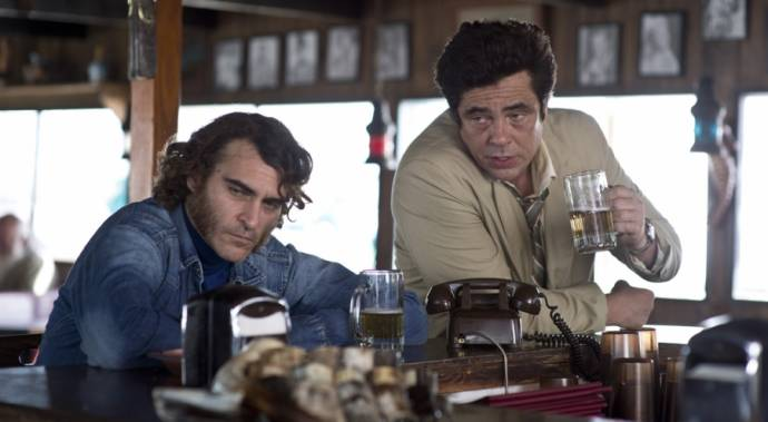 Joaquin Phoenix (Doc Sportello) en Benicio Del Toro (Sauncho Smilax)