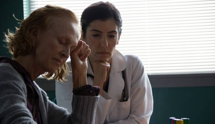 Jill Larson (Deborah Logan) en Anne Bedian (Dr. Nazir)