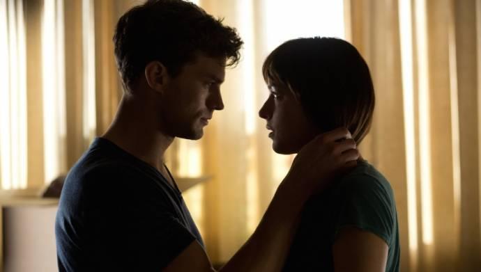 Jamie Dornan (Christian Grey) en Dakota Johnson (Anastasia Steele) in Fifty Shades of Grey
