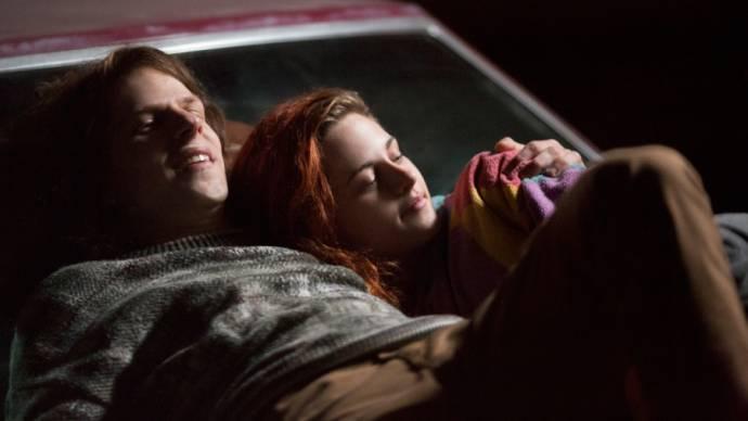 Jesse Eisenberg (Mike Howell) en Kristen Stewart (Phoebe)