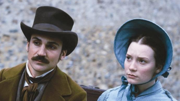 Henry Lloyd-Hughes (Charles Bovary) en Mia Wasikowska (Emma Bovary)