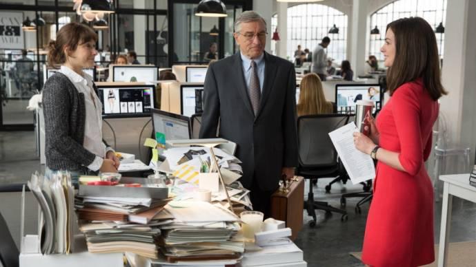 Robert De Niro (Ben Whittaker) en Anne Hathaway (Jules Ostin)