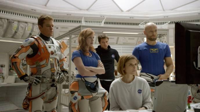 Matt Damon (Mark Watney), Jessica Chastain (Melissa Lewis), Scott Alexander Young (Pathfinder 2), Kate Mara (Beth Johanssen) en Nikolett Barabas (Reporter 1)