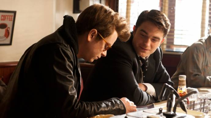 Robert Pattinson (Dennis Stock) en Dane DeHaan (James Dean) in Life (2015)