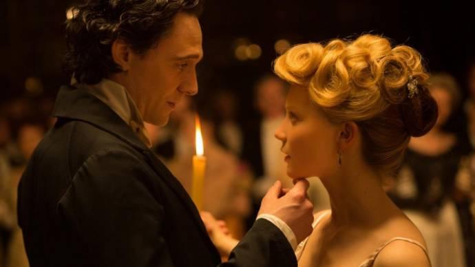 Tom Hiddleston (Sir Thomas Sharpe) en Mia Wasikowska (Edith Cushing)