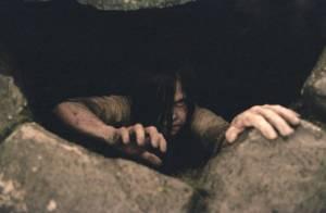 Samara (Kelly Stables) klimt terug omhoog uit de put waar ze eerder werd achtergelaten.