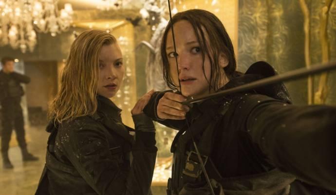 Natalie Dormer (Cressida) en Jennifer Lawrence (Katniss Everdeen)