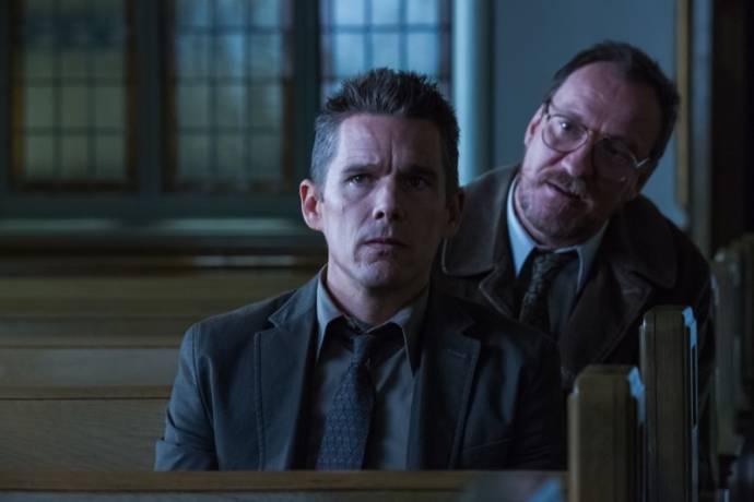Ethan Hawke (Bruce Kenner) en David Thewlis (Professor Kenneth Raines)