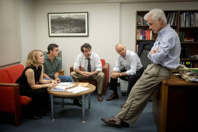 Rachel McAdams (Sacha Pfeiffer), Mark Ruffalo (Michael Rezendes), Brian d'Arcy James (Matty Carroll), Michael Keaton (Walter 'Robby' Robinson) en John Slattery (I) (Ben Bradlee Jr.)