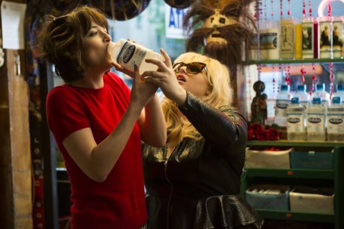 Dakota Johnson (Alice) en Rebel Wilson (Robin)