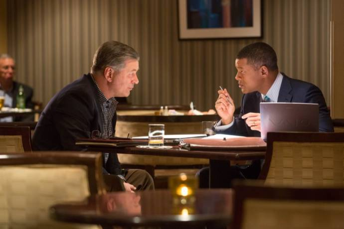 Alec Baldwin (Dr. Julian Bailes) en Will Smith (Dr. Bennet Omalu)