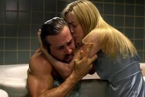 Melissa Georges als Kathy probeert een geschrokken Ryan Reynolds (in de rol van George) te troosten