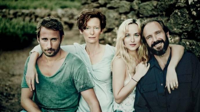 Matthias Schoenaerts (Paul), Tilda Swinton (Marianne), Dakota Johnson (Penelope) en Ralph Fiennes (Harry)