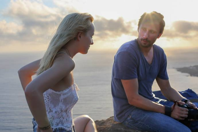 Dakota Johnson (Penelope) en Matthias Schoenaerts (Paul)