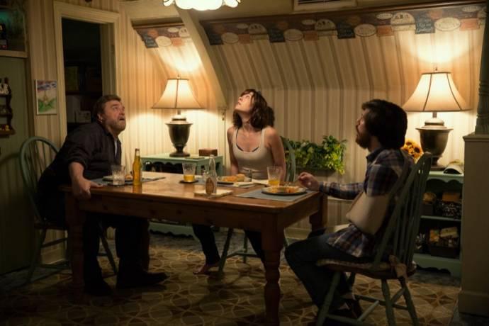 John Goodman (Howard Stambler), Mary Elizabeth Winstead (Michelle) en John Gallagher Jr.
