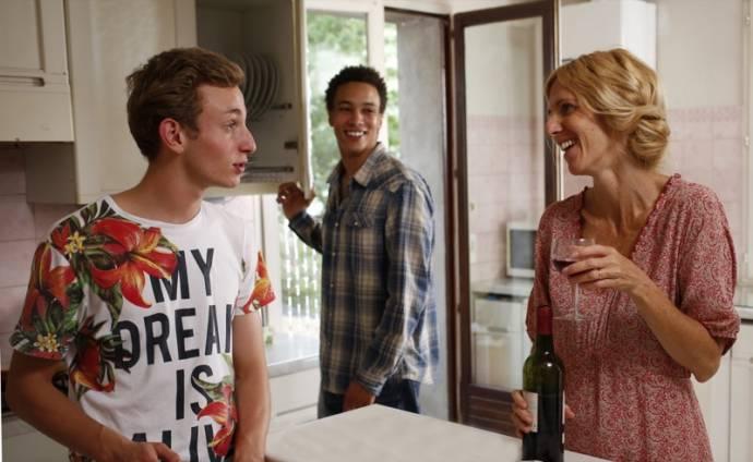 Corentin Fila (Thomas Charpoul), Sandrine Kiberlain (Marianne Delille) en Edouard Lamoitier (Marc)