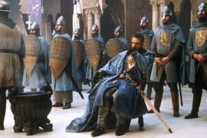 Tiberias (Jeremy Irons) omringd door zijn soldaten