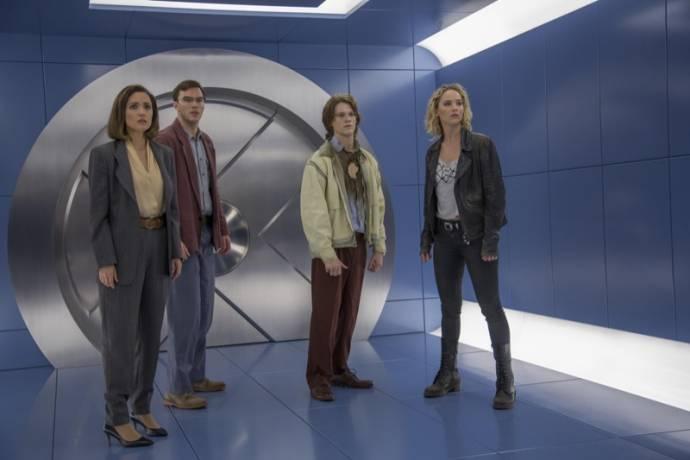 Rose Byrne (Moira MacTaggert), Nicholas Hoult (Hank McCoy / Beast), Lucas Till (Alex Summers / Havok) en Jennifer Lawrence (Raven / Mystique)