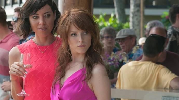 Aubrey Plaza (Tatiana) en Anna Kendrick (Alice) in Mike and Dave Need Wedding Dates