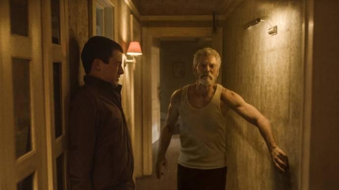 Dylan Minnette (Alex) en Stephen Lang (The Blind Man)