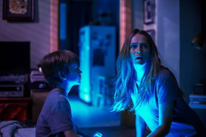 Gabriel Bateman (Martin) en Teresa Palmer (Rebecca) in Lights Out