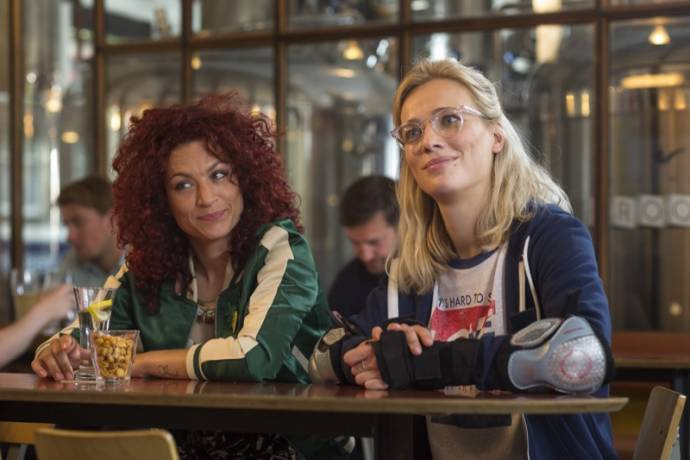 Eva van de Wijdeven (Fleurtje) en Jennifer Hoffman (Tina)
