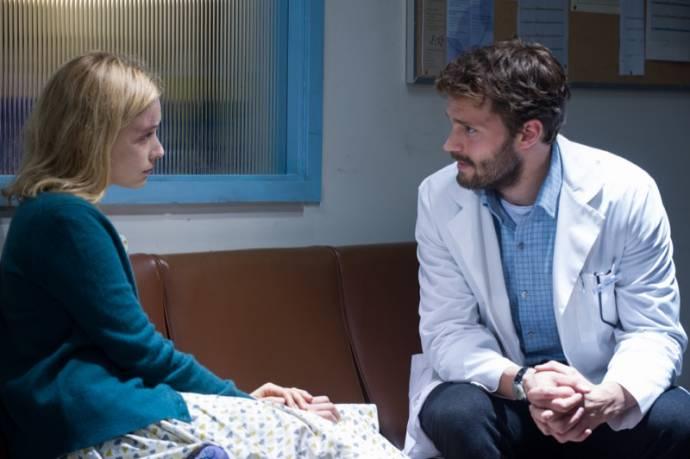 Sarah Gadon (Natalie) en Jamie Dornan (Dr. Allan Pascal)