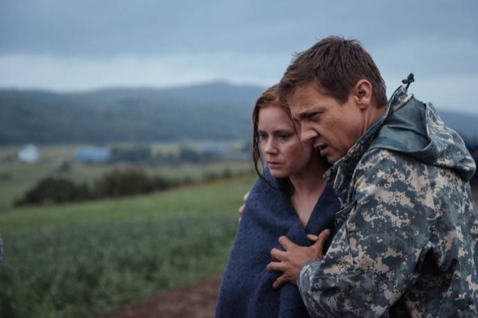 Amy Adams (Dr. Louise Banks) en Jeremy Renner (Ian Donnelly)