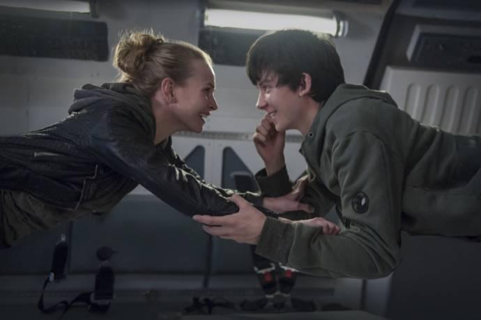 Brittany Robertson (Tulsa) en Asa Butterfield (Gardner Elliot)