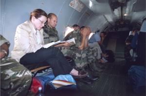 Briefing in vrachtvliegtuig