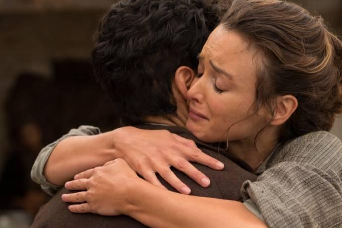 Oscar Isaac (Mikael Pogosian) en Charlotte Lebon (Ana)