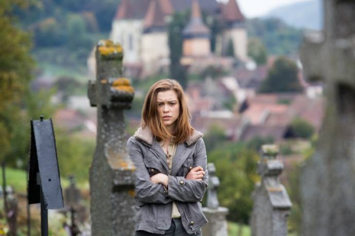 Sophie Cookson (Nicole Rawlins)