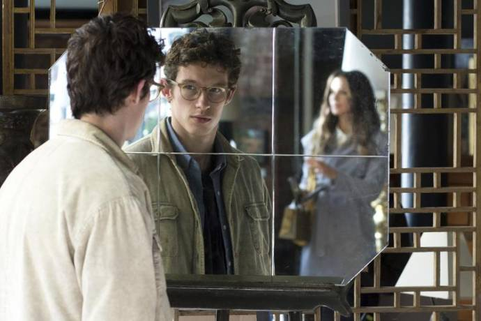 Kate Beckinsale (Johanna) en Callum Turner (Thomas)